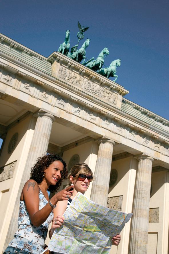 Berlin, Deutschland, junge Frauen, Paar, Freundinnen, 20-30 Jahre, Brandenburger Tor, Pariser Platz